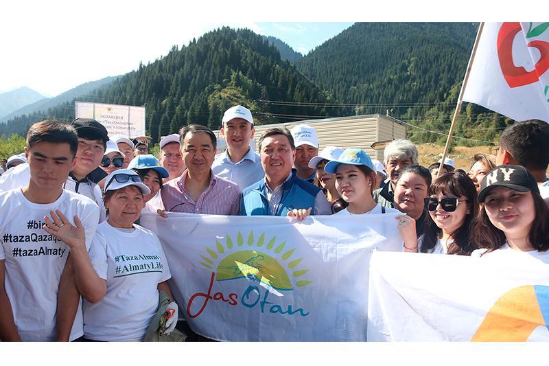 Премьер-министр принял участие в субботнике в горах Алматы