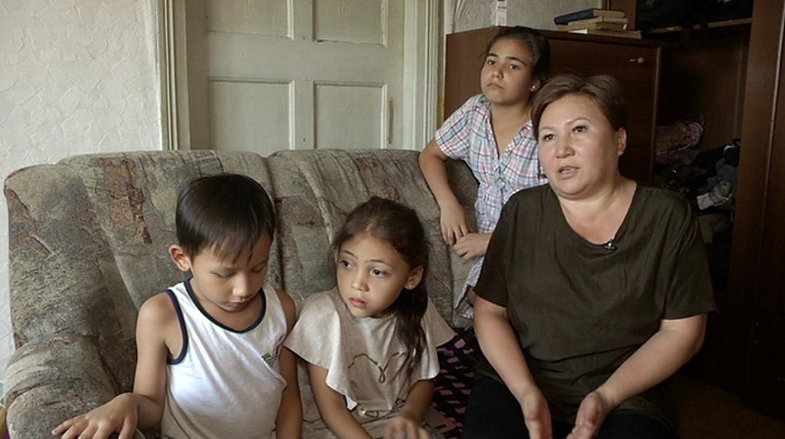 Многодетная мать-одиночка из Алматы не может собрать детей в школу