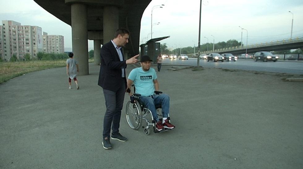 Инвалид-колясочник просит наказать чиновников за неработающие спецподъемники