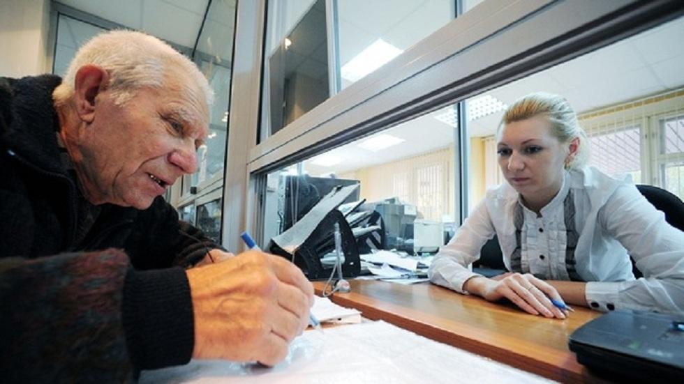 Пенсионеру разрезали банковскую карту и выгнали из банка в Алматы