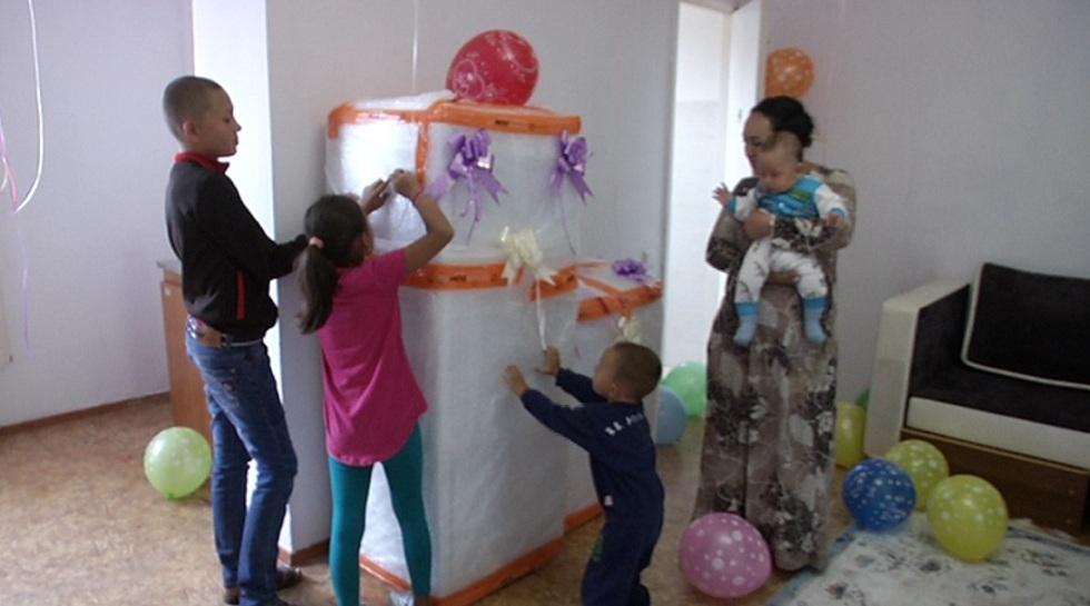 Бездомной многодетной семье подарили квартиру в Жетысуском районе Алматы