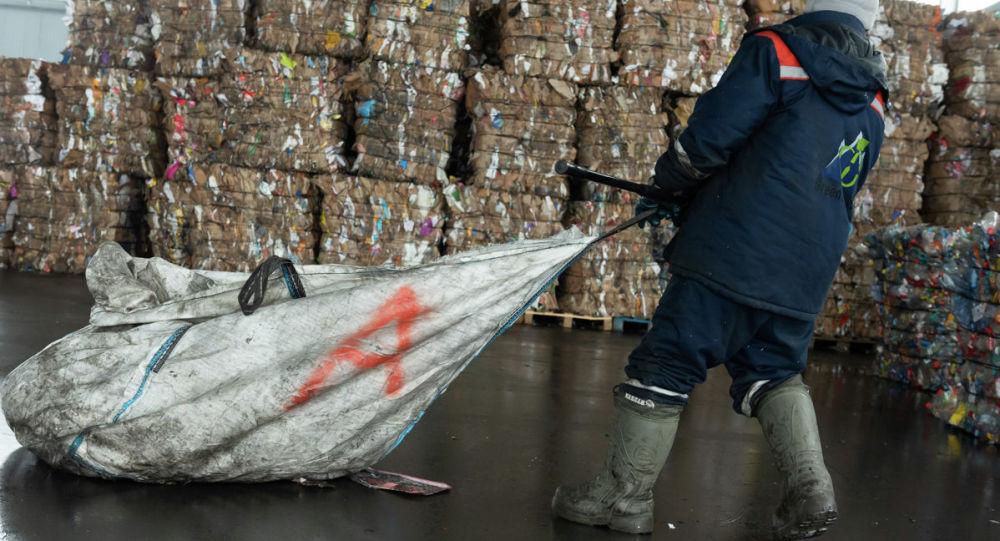 Қытайлық концертке бару үшін тонналаған қоқысты қопарып шықты