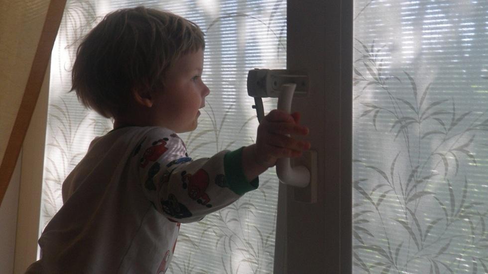Двухлетний ребенок выпал из окна своего дома в СКО