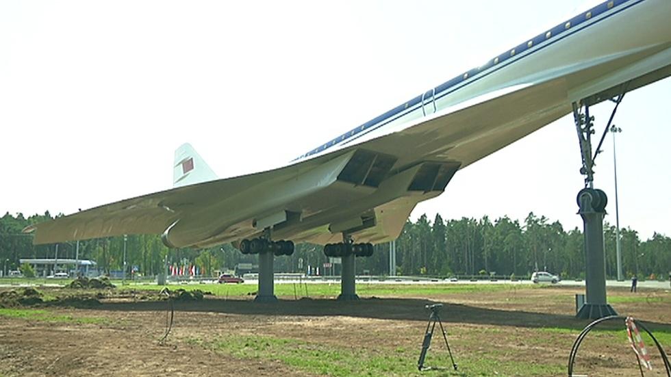 Память легендарному авиалайнеру ТУ-144 увековечили в Жуковском