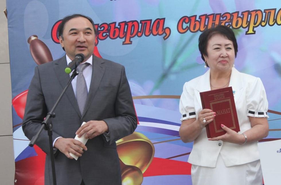 Первый звонок в гимназии №12: замакима Алматы принял участие в торжестве
