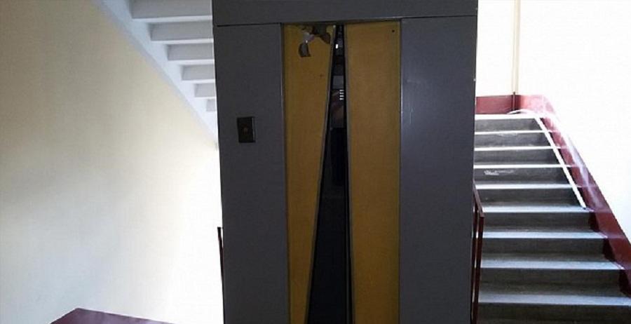 Люди застряли в дымящемся лифте в Алматы