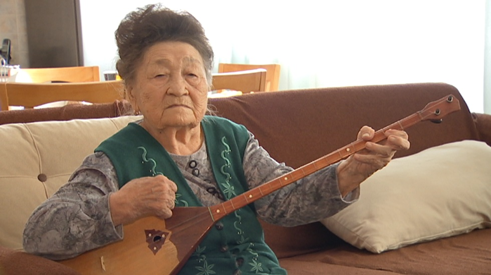 Известной домбристке Казахстана исполнилось 90 лет