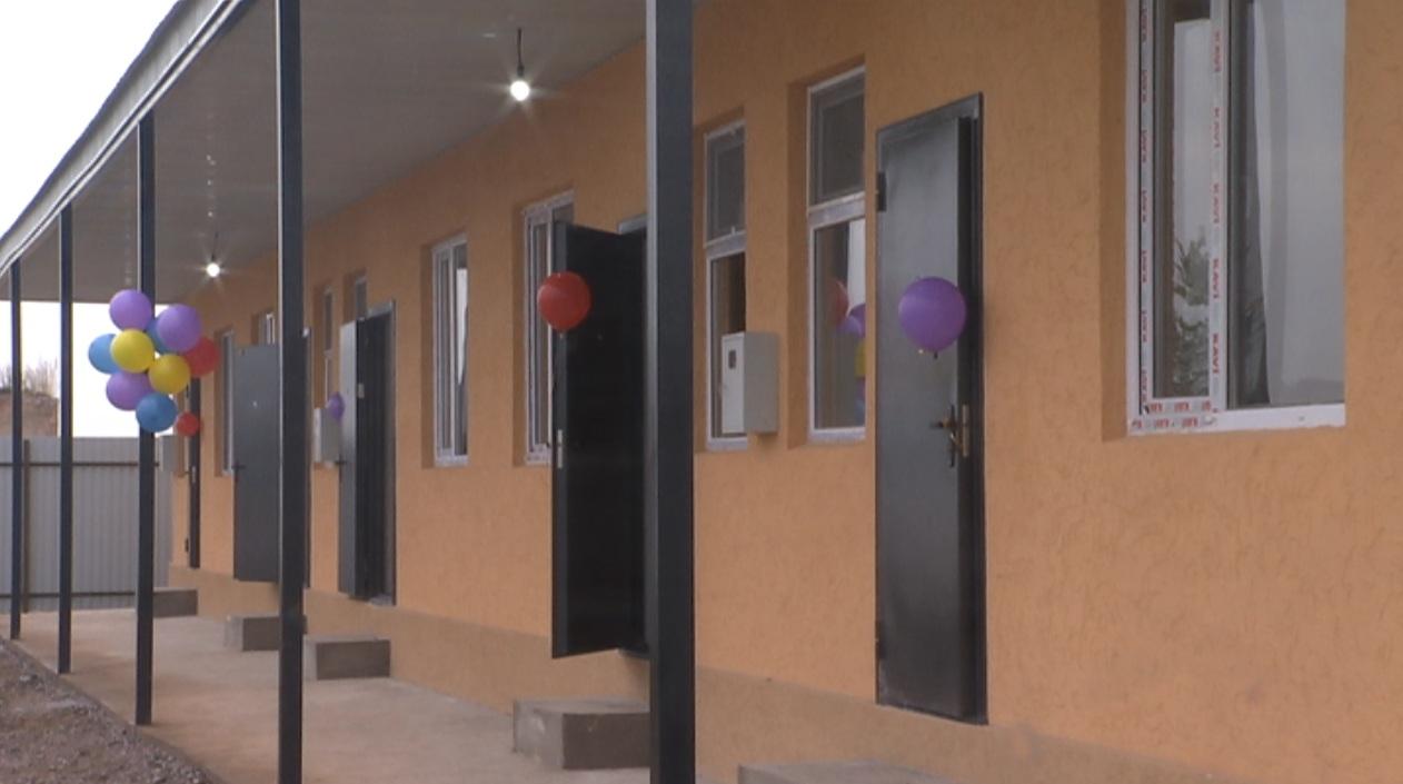 Пять многодетных семей Алматинской области получили жилье от ДУМК