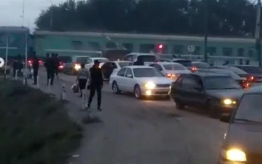 Пассажирский поезд снес автобус в Шамалгане