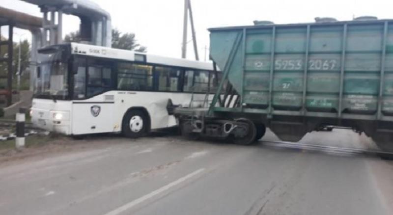 Автобус и тепловоз столкнулись в Нур-Султане