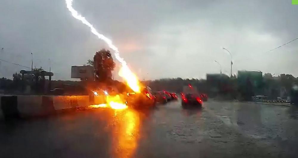 Молния ударила в автомобиль в Новосибирске (видео)