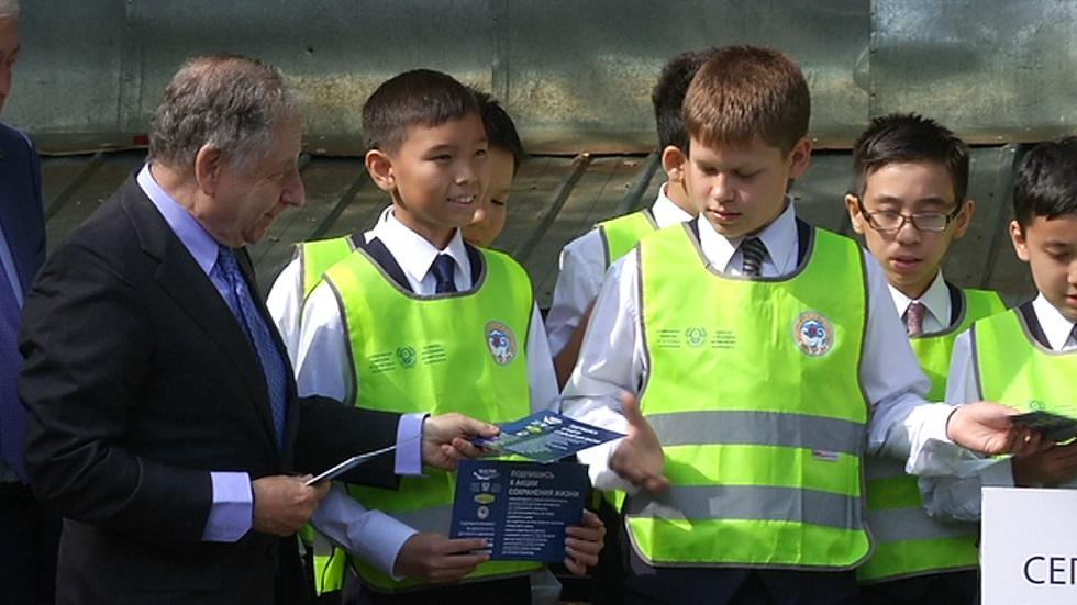 Школьникам разъясняют правила дорожного движения в Алматы