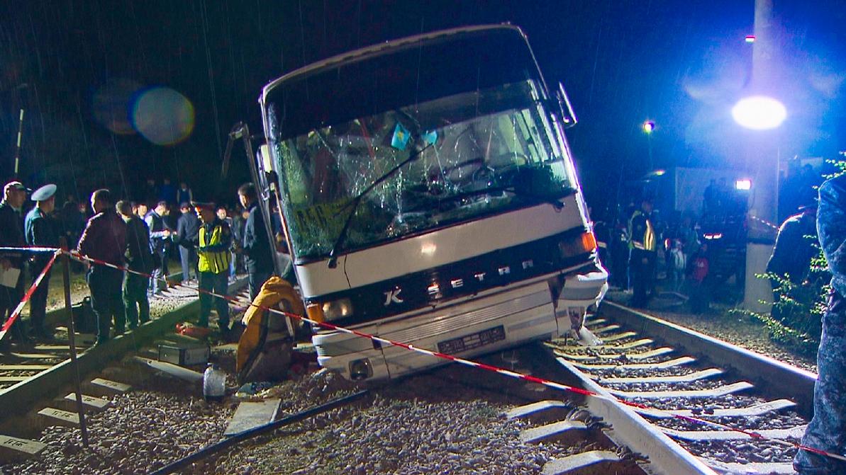 Состояние детей, пострадавших при столкновении поезда и автобуса, крайне тяжелое