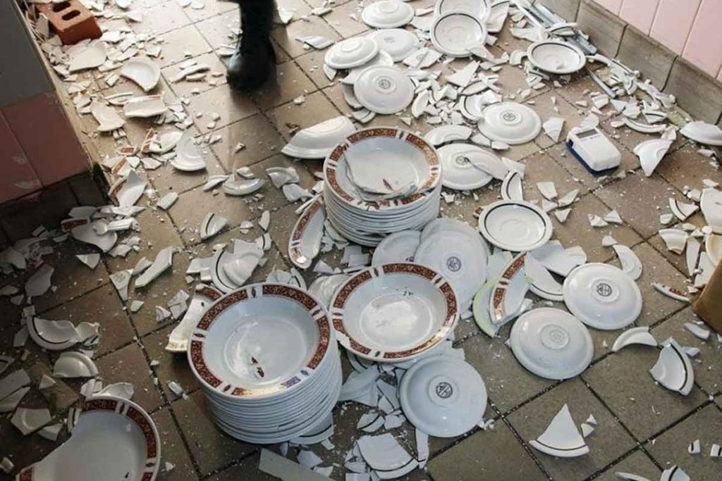 Бить посуду и ломать мебель разрешили туристам в Турции