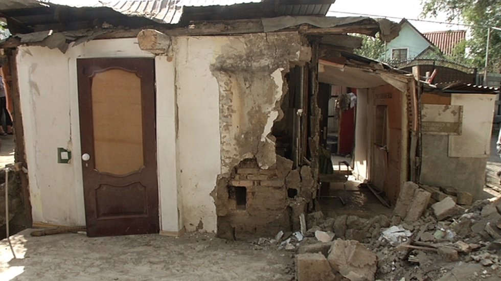 Ветхий дом рухнул в Жетысуском районе Алматы