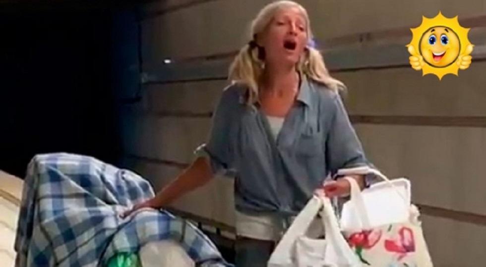Спевшей в метро Лос-Анджелеса бездомной женщине предложили контракт