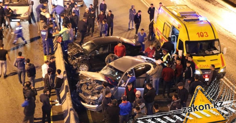 Два авто вдребезги: крупное ДТП произошло в районе алматинской барахолки