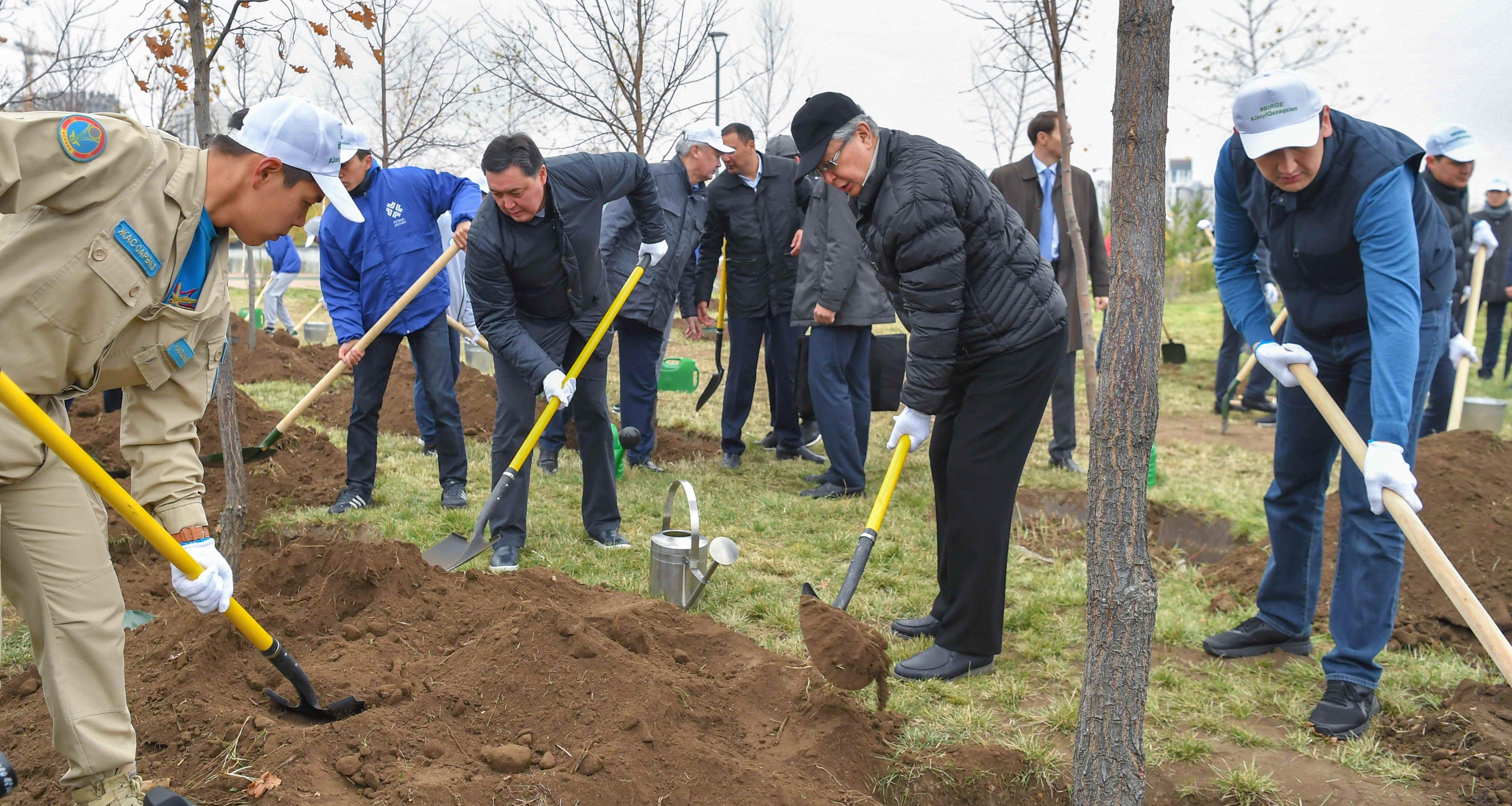 Токаев принял участие в субботнике в столичном Ботаническом саду