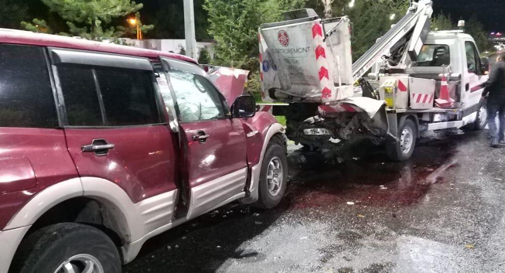 Машина на полном ходу врезалась в автокран в Алматы, пострадал рабочий