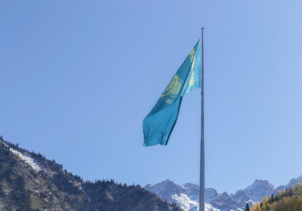 Самый большой флаг Казахстана в Алматы подняли на Медеу