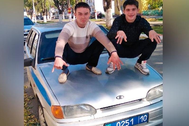 Залезли на капот полицейской машины для фото: в Рудном арестовали парней на 7 суток