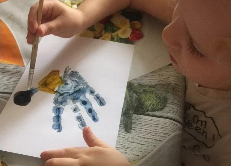 Кисточка для рисования застряла у ребенка в голове