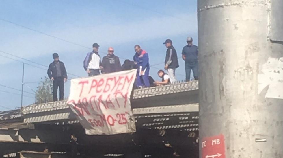 Строители алматинской развязки устроили забастовку