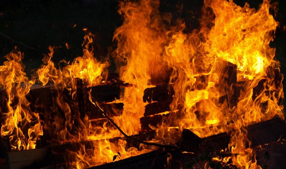 Частный дом загорелся в Алматы: погибла 59-летняя женщина