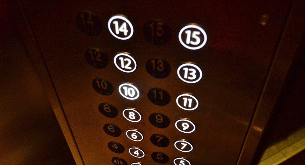 Нұр-Сұлтанда қыз лифтіде дәрет сындырды (видео)