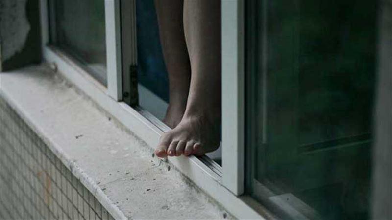Девушка выпрыгнула из окна после 8 часов изнасилований
