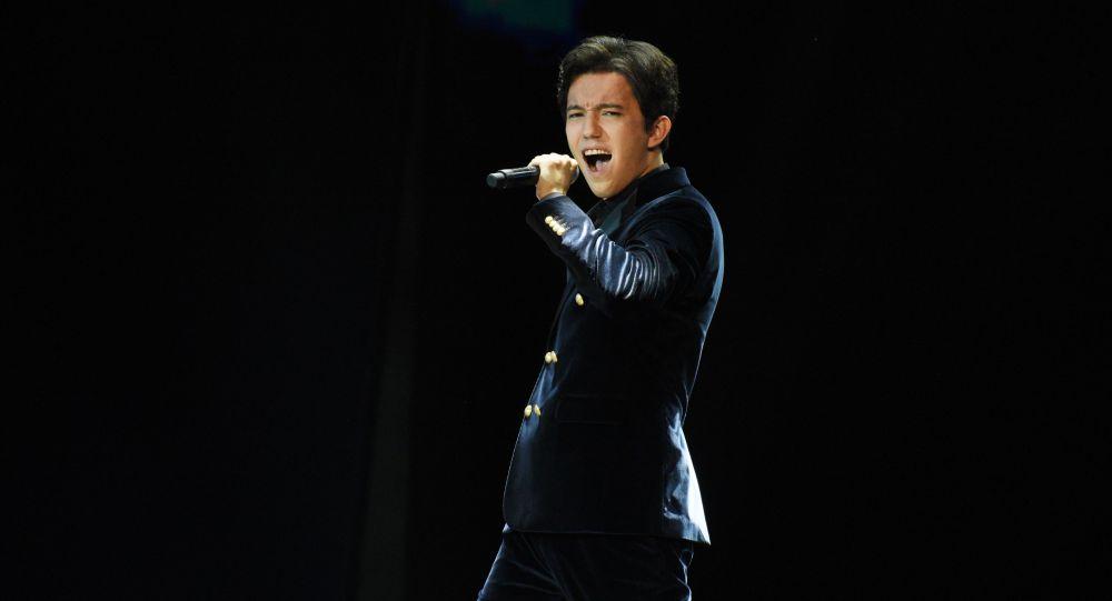 Димаш пригласил талантливую фанатку из Индонезии выступить в Санкт-Петербурге (видео)