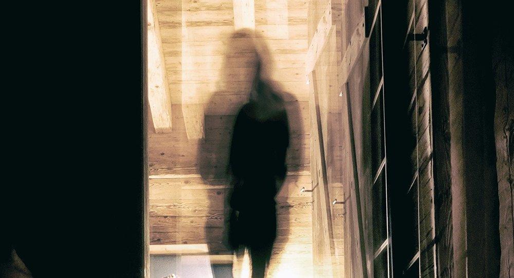 """""""Призрак"""" в кроватке ребенка напугал женщину (фото)"""