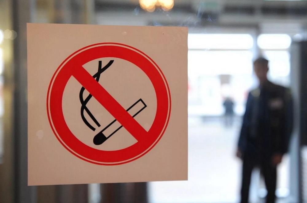 Минздрав передумал запрещать курение в кафе и аэропортах