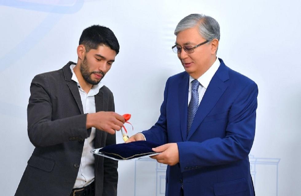 Касым-Жомарт Токаев вручил воспитанникам детдомов Алматы ключи от квартир