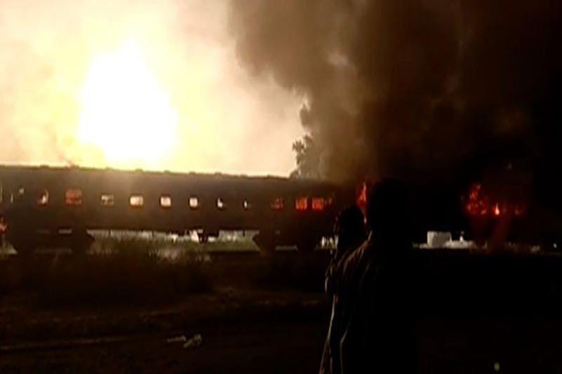 Свыше 20 человек погибли в результате пожара в поезде в Пакистане