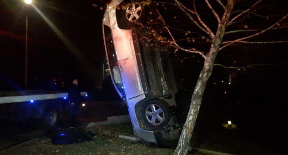 Два автомобиля вылетели с дороги после столкновения в Алматы