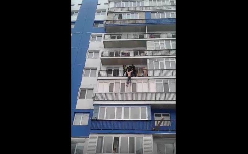 В Алматинской области 20-летний парень «назло» брату свесился с балкона