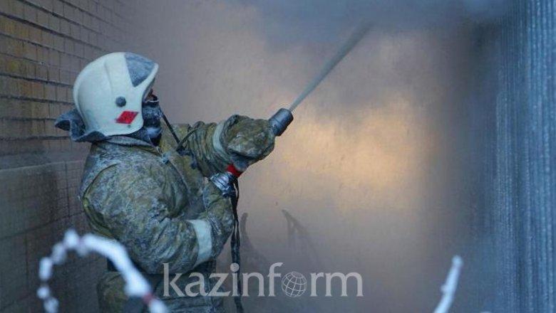 11 человек спасли из  задымленного общежития в Алматы