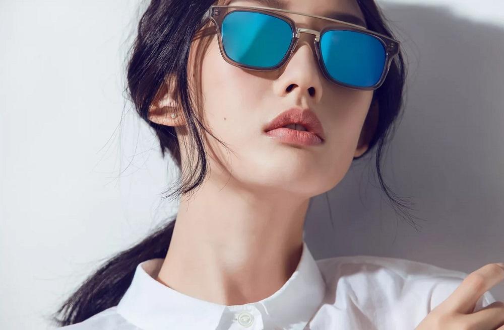 Японкам запрещают носить очки на работе