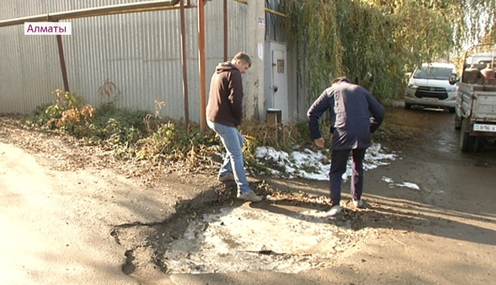 Осторожно, яма: на недоделки после ремонта дорог жалуются жители Наурызбайского района