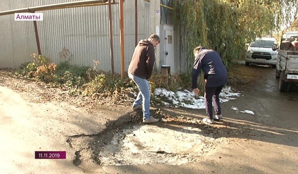 Яму в микрорайоне Тастыбулак закрыли после жалобы алматинцев