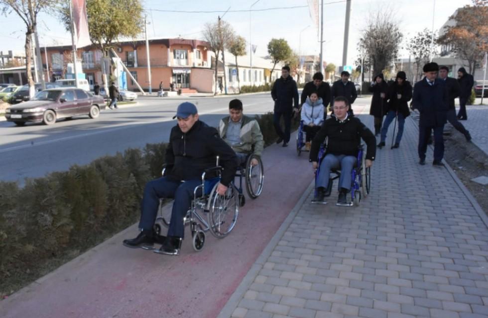 Проверил на себе: в инвалидную  коляску пересел аким Туркестана