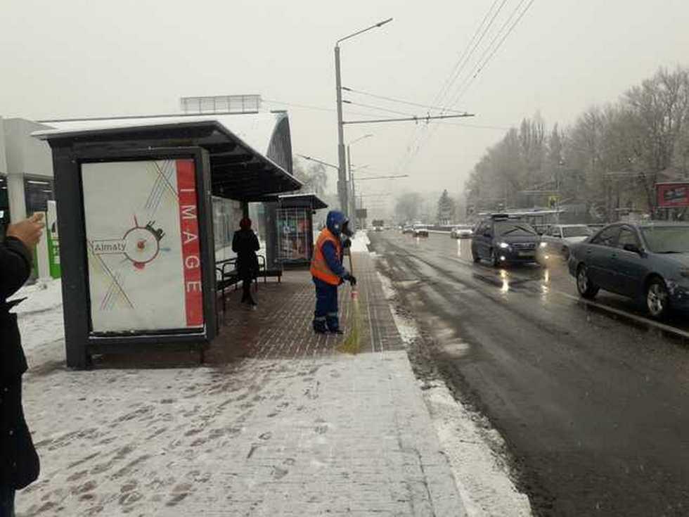 Как убирают выпавший снег в Алматы