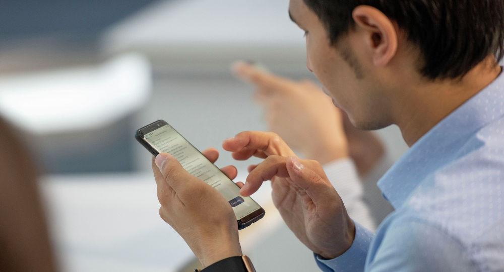 Новогодний подарок: казахстанским госслужащим разрешили пользоваться смартфонами на работе