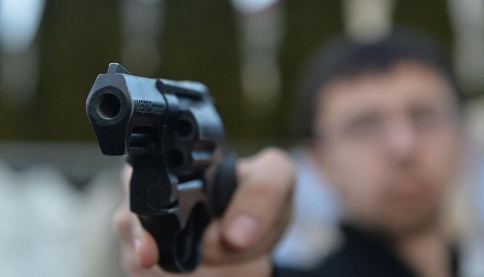 Разъяренный супруг пытался выстрелить жене в голову прямо в магазине