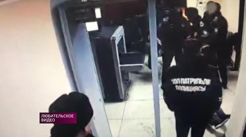 В Актобе уволили полицейских после скандального видео с избиением задержанного