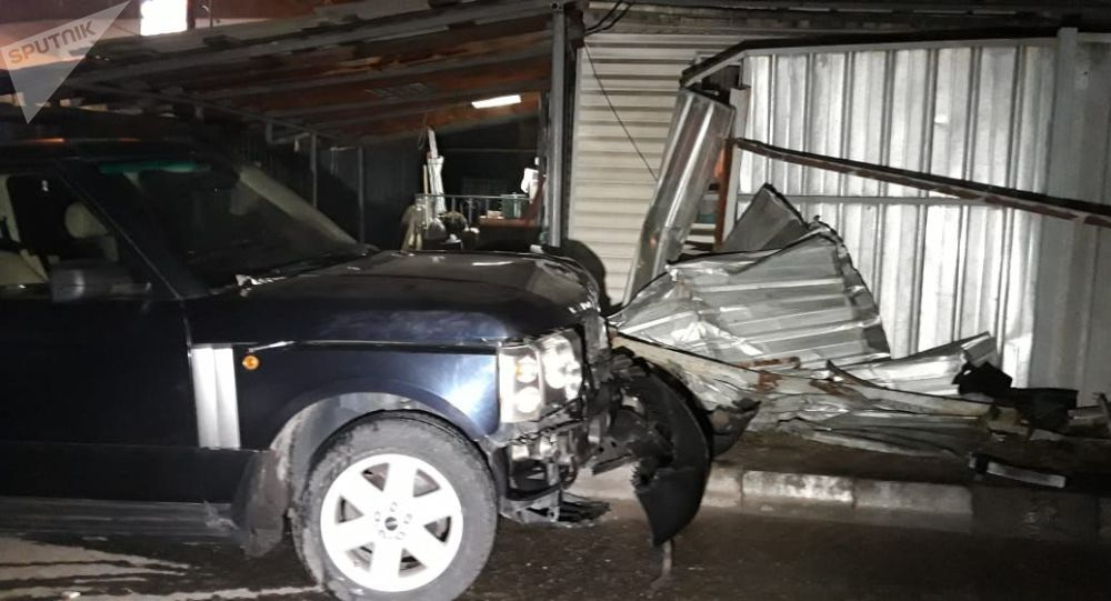 Range Rover снес забор частного дома в Алматы