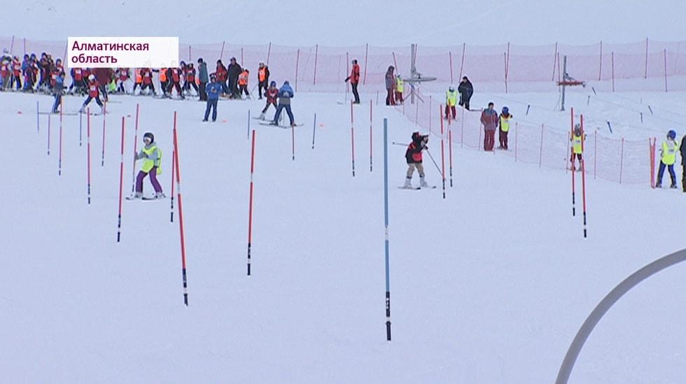 Алматинских детей бесплатно обучают лыжному спорту