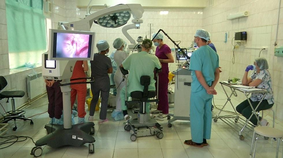 Уникальную операцию по восстановлению голоса казахстанке провел итальянский хирург