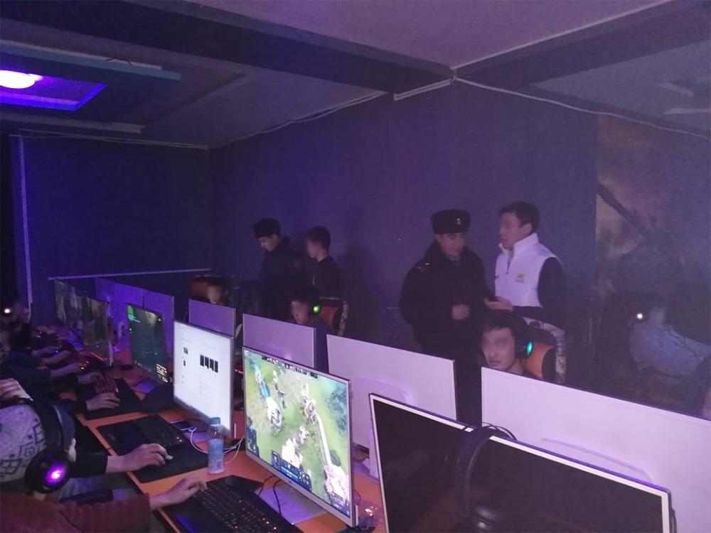 Полицейские Алматы задержали несовершеннолетних в игровом клубе в ночное время